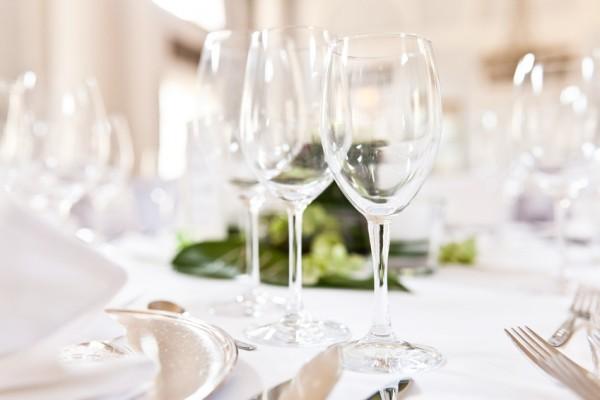 Glser auf gedecktem Tisch